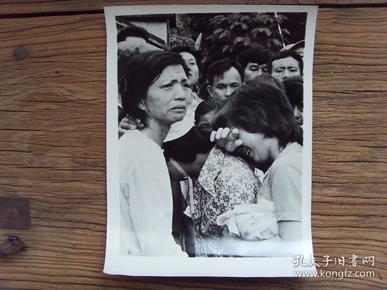 超大尺寸老照片:【※ 1979年,对越自卫反击战----逃回云南河口的难侨,控诉越南迫害华侨的罪行 ※】