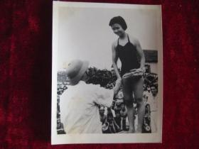 """六十年代老照片    """"横渡红河""""冠军   段海棠  在授奖时的情形    照片15厘米宽10.2厘米    B箱——18号袋"""