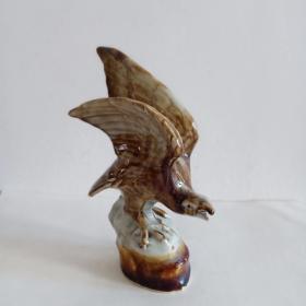 雄鹰造型瓷质摆件