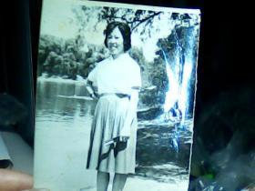 2寸黑白照片 穿裙子女青年
