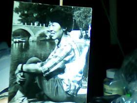 2寸黑白照片 女青年在桥边