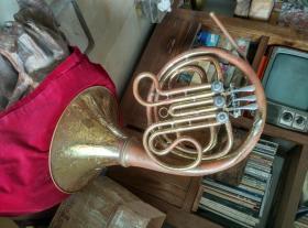 有较多年代的鹦鹉牌铜号,像是紫铜的。保存较好,大件,重4.25斤