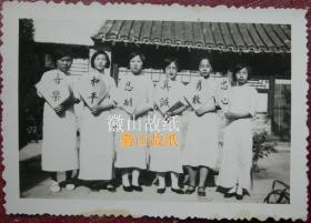 """民国老照片:民国旗袍美女。注意看!——""""喜乐、和平、忍耐、真诚、勇敢、忠心""""——背面有字题。1935年"""