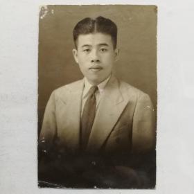 民国男子中幅肖像照片