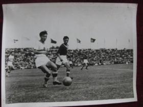 老照片   中国足球队和朝鲜足球队进行的足球比赛     麻面厚纸      照片20厘米宽15厘米    B箱——19号袋