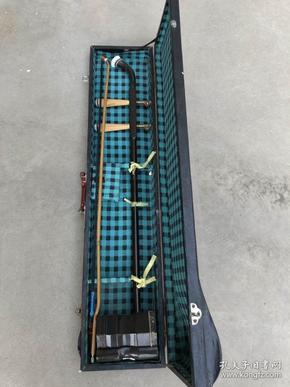 天津宏洪声乐器厂产天鹅牌红木二胡一把,保存完整,可以正常使用,带原装皮盒,大厂生产,做工非�:�,质量有保证,包老保真