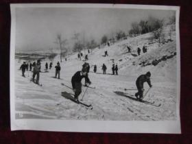 老照片   吉林市四中的学生在练习速滑   麻面厚纸      照片20厘米宽15厘米    B箱——19号袋