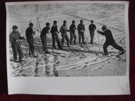 老照片  吉林市业余体育学校滑雪队    麻面厚纸      照片20厘米宽15厘米    B箱——19号袋