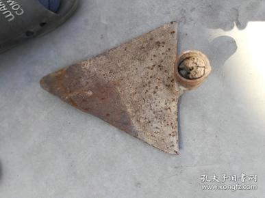农具;铁的三角不知道干啥用{有说是原始犁铧}有说是下种子用{此用具比较少见}
