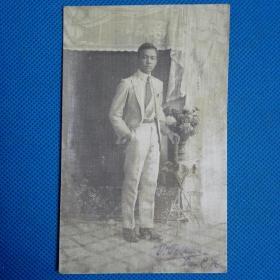 民国男子带签名明信片照片