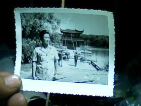 3寸黑白照片 男青年外景