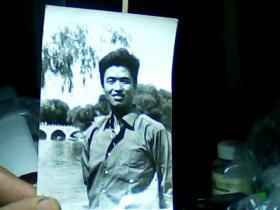 4寸黑白照片 男青年外景、