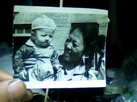 3寸黑白照片 母子
