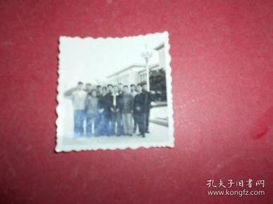 老照片【1群人在展览馆旁