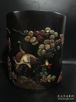 清代黑檀木镶多宝松鹤延年笔筒一个,做工极为精细,高22公分,直径20.5公分;