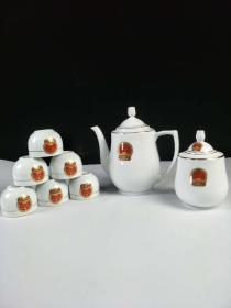 """""""中南海怀仁堂""""制毛瓷茶具一套,保存完好,瓷质细腻洁白,釉色均匀饱满,内部打光可见毛主席头像,做工精致,成色如图。"""