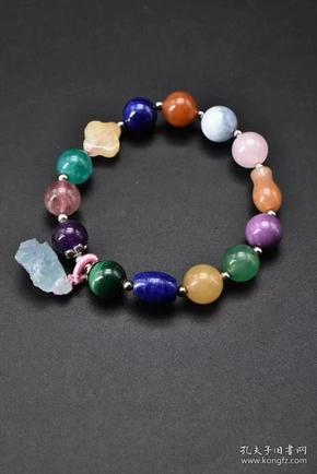 (P0545)《多宝手串》1串 手串由不同品种的玉石组成 其中包括 摩根石 粉水晶 南红   青金石  、 紫水晶 蜜蜡等。涉及中国、阿富汗、巴西等多个国家产地。色彩绚丽。 单颗直径:10mm ,周长:18cm。重量:24.63克。手串有松紧。