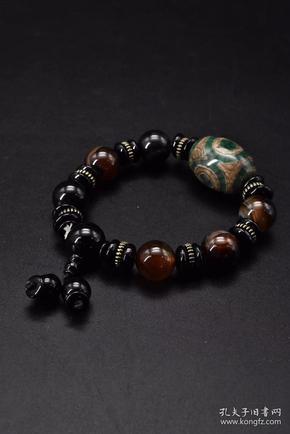 (P0363)《玛瑙手串》一个 重量:59.7克 。 周长:16cm 玛瑙是佛教七宝之一,自古以来一直被当为辟邪物、护身符使用,象征友善的爱心和希望。 玛瑙以其色彩丰富、美丽多姿而被当做宝石或作工艺制品。