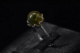 (P1471)《墨西哥蓝珀饰品》戒指1枚 总重量:2.4g 纯天然 墨西哥蓝珀尺寸为:9mm 925银托 戒指大小可调整 。