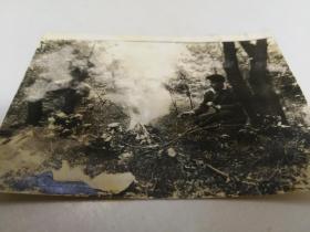 1940年代二人森林篝火照片