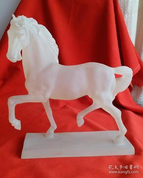 磨砂琉璃白色奔马    尺寸:高27cm,前后长27cm,宽7.5cm。重1355克。白色骏马造型威武漂亮!