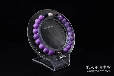 (P1349)《紫云母手串》 1个  青金石珍珠配饰 重量:14克 。手串周长18cm 紫云母直径:7.5mm 紫云母也称爱情之石,可增异性缘,招桃花运。紫云母戴左手可以柔化自己的性情,戴右手可以增强自身对外界的吸引力。