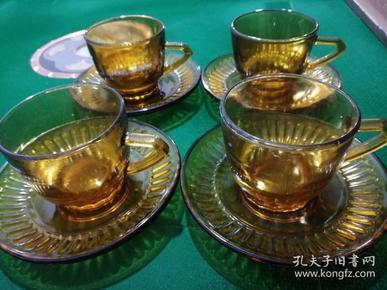 盘径14.3厘米、杯径8.5厘米、杯高5.6厘米,琥珀色通透高贵,端庄大气,为那一时期的出口精品(品如图)