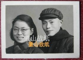 老照片:何直礼(南充西充县复安乡人,四川省投资公司原处长)方媛(戴眼镜)夫妇,结婚五周年纪念。见背题