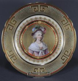 皇家维也纳纯手绘古董瓷赏盘 尺寸:直径24.5CM 年代:1894-1915 德国19世纪制造,皇家维也纳人物手绘赏盘,品相完好,无冲无裂 这款性价比高,手慢无