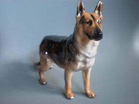 英国皇家道尔顿德国牧羊犬瓷狗雕塑 尺寸:长20CM,高15CM 年代:1957-1967 品相完好,无磕无冲