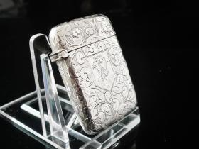 英国伯明翰产纯银火柴盒 年代:1902 重量:25.8克 尺寸:49×33mm 盒内镀金,品相完好,非常漂亮