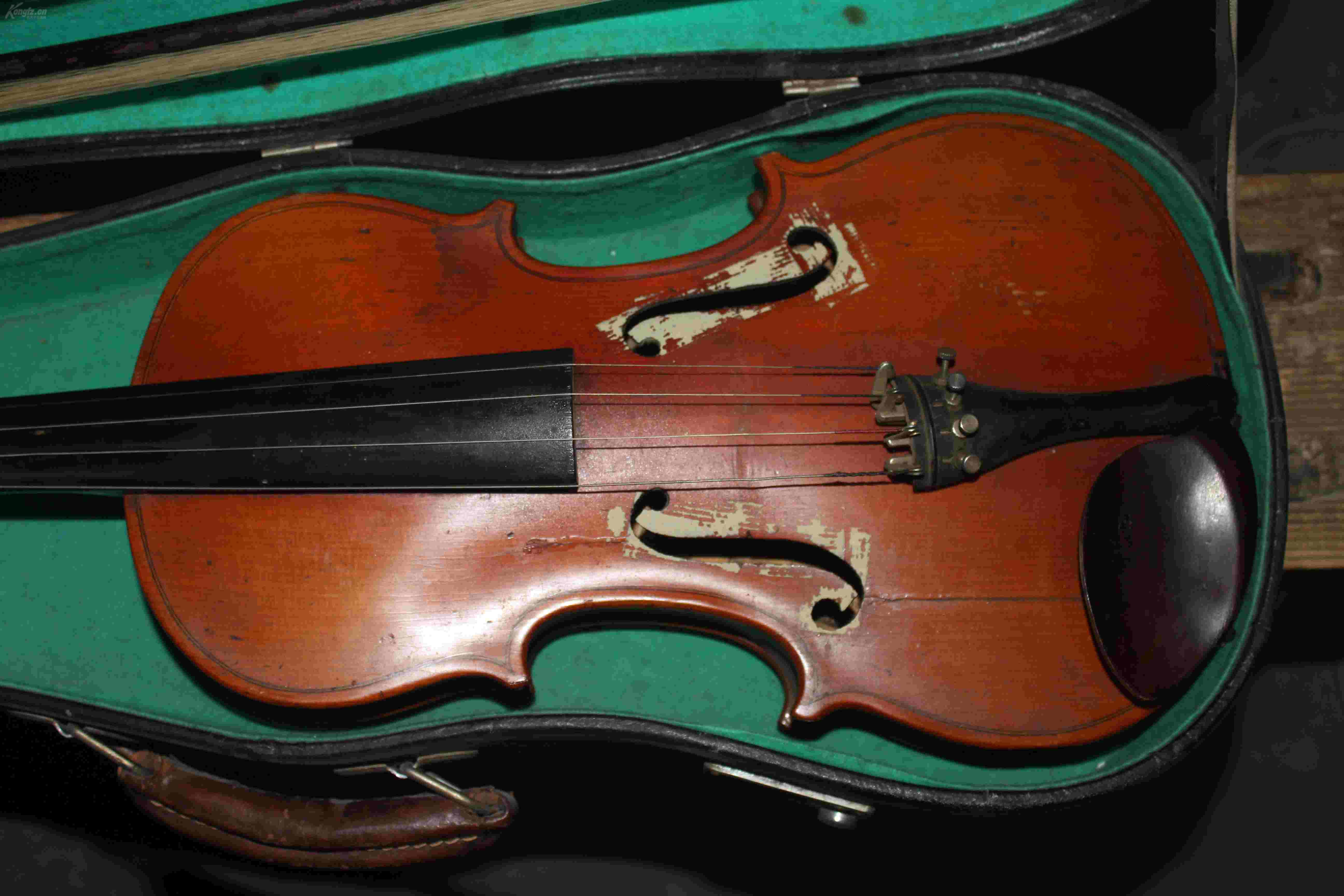 老式小提琴一个,保存完整,带皮箱,琴弦两支,还有三个乐谱.图片