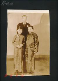1936年  熊式一夫妇和劳伦斯大学校长合影于纽约  HXTX109486