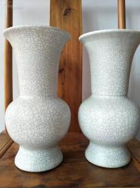 宋代五大窑之一,官窑瓷瓶一对,全品。欲购从速了