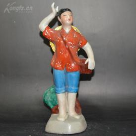 文革瓷器、赤脚医生志在农村人物摆件一个,高约30厘米;