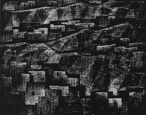 著名版画家、北大荒版画开创者和奠基者 杜鸿年 1985年黑白木刻版画作品《土堡群》一幅 原装裱(九十年代在山东省文化馆展出,尺寸41*33cm,钤印:杜鸿年) HXTX105286