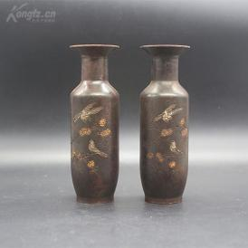 包浆浑厚的纯铜花瓶一对,具体年代不详,瓶身刻有花鸟图,很是精致,高约13厘米,重约1700克、