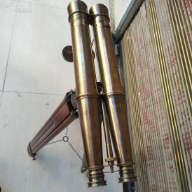 1915年带原装木架纯铜双筒望远镜一个,展开高约155cm,望远镜长度约53cm;