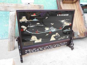 光彩照人(全新原包装)扬州漆器《黑底平磨螺钿落地大插屏》源于战国,兴旺于汉唐,鼎盛于明清。其工艺齐全、技艺精湛、风格独特、驰名中外。