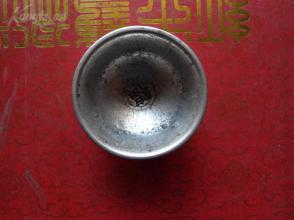 老银杯一个。长6cm6cm高3.8cm,品好如图。