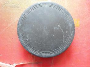 老砚台一个,圆形,长18cm宽18cm厚3cm,重2斤多,品好如图。