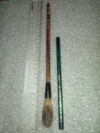 日本回流老毛笔纯石獾1支。北京制笔厂,李福寿花梨木杆,戍辰年(即1988年)草书款,藏品级《石獾提笔》原品,未使用。)