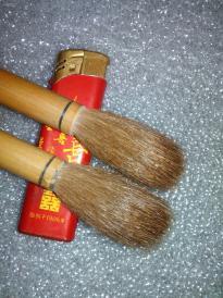 日本老毛笔笔两支。无字款山马狼毫,苘麻胎,工艺好。)口径大于大楷,应为榜书笔。