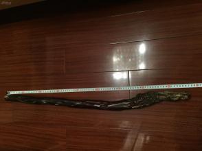 清代初期腾云寿星黄杨木杖,取材整棵黄杨,遍身洞疖看似天成实乃人为,仗首雕灵芝祥云持杖寿星伫立云端双目微睁,是江淮文人把玩之物。