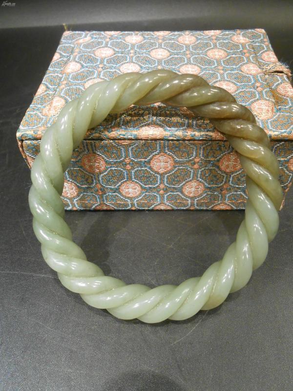 老和田青玉绞丝纹手镯,玉质油润,雕工精湛,包浆老气,无伤无裂,可收藏,佩戴,内径6.0CM,底价拍