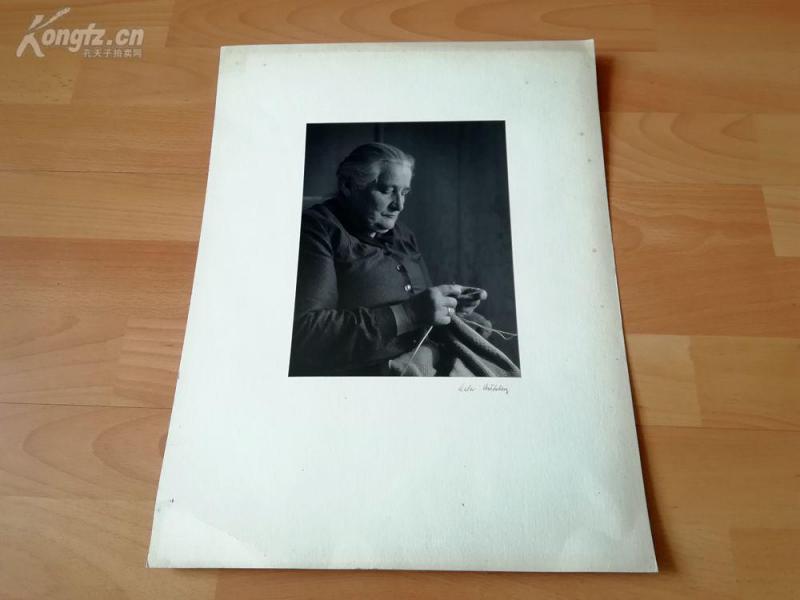 名家艺术摄影老照片《对手的关爱》(Sorgende H?nde)--手签,42*32厘米--- Lala Aufsberg (1907-1976),德国著名艺术摄影大师