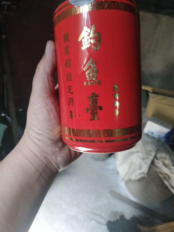 拆迁处理杂项一件不留,精品红釉笔筒,上有乾隆御笔钓鱼台三字。
