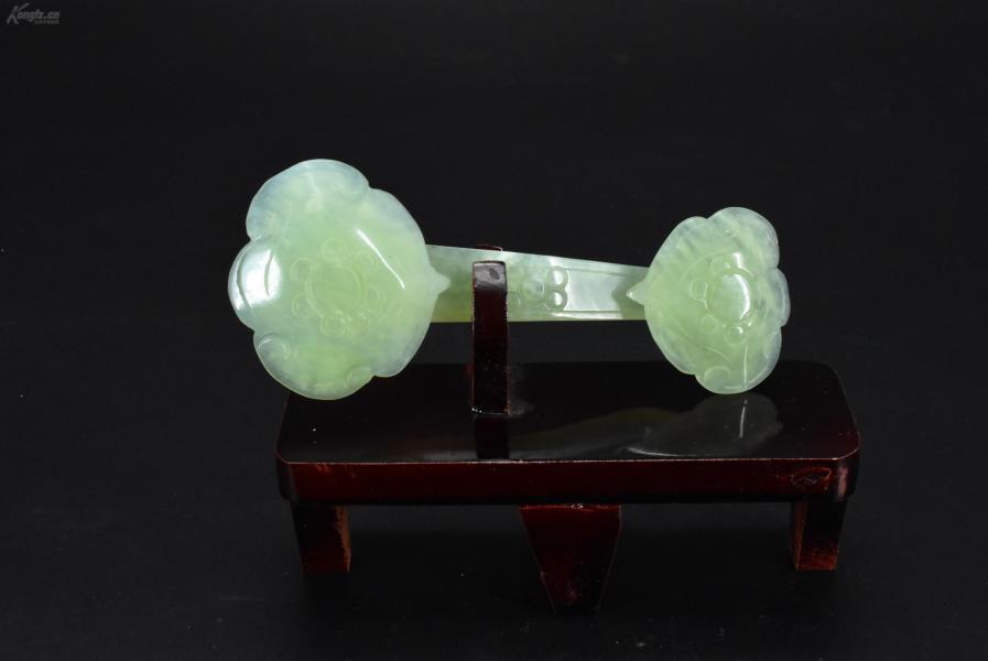 (VA0403)《玉如意》岫岩玉一只,玉如意尺寸15*6.5*2.5cm。重量:105.26克。旧时中国民间用以搔痒的工具。流行全国大部地区。此时的如意是一种象征吉祥的陈设品,常被作为礼品馈赠友好。