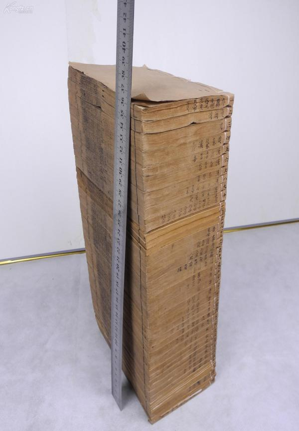 古籍精粹】清木刻《綱鑒易知錄》42冊92卷一套全。有吳楚材在康熙時期做的序言,字體方正圓潤,鐫刻風格清新自然。一書在手,對于上下五千年的中華古史了然于胸。是中華文明最早的一部通史,毛澤東主掌國政后強力推薦此書給中共高級干部,對于上下五千年的中華古史,《明鑒易知錄》不失為一把入門的鑰匙,一個登堂的階梯