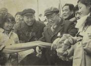 文革时期 刘辉剪彩大幅照片一张(背面附刘辉亲笔签名,装于精制画框) HXTX113044